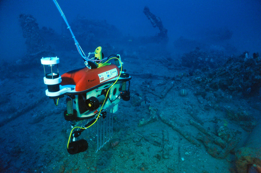 A robot arrives on a submarine shipwreck.